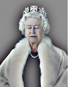 Regina Elizabeth a Angliei in 2012, intr-un portret facut cu ocazia jubileului de diamant. Imaginea o arata cu ochii inchisi si imbatranita, cu o etola de blana alba parca in completarea parului la fel de alb si cu singurele pete de culoare rujul de pe buze si bluza de un negru mat.